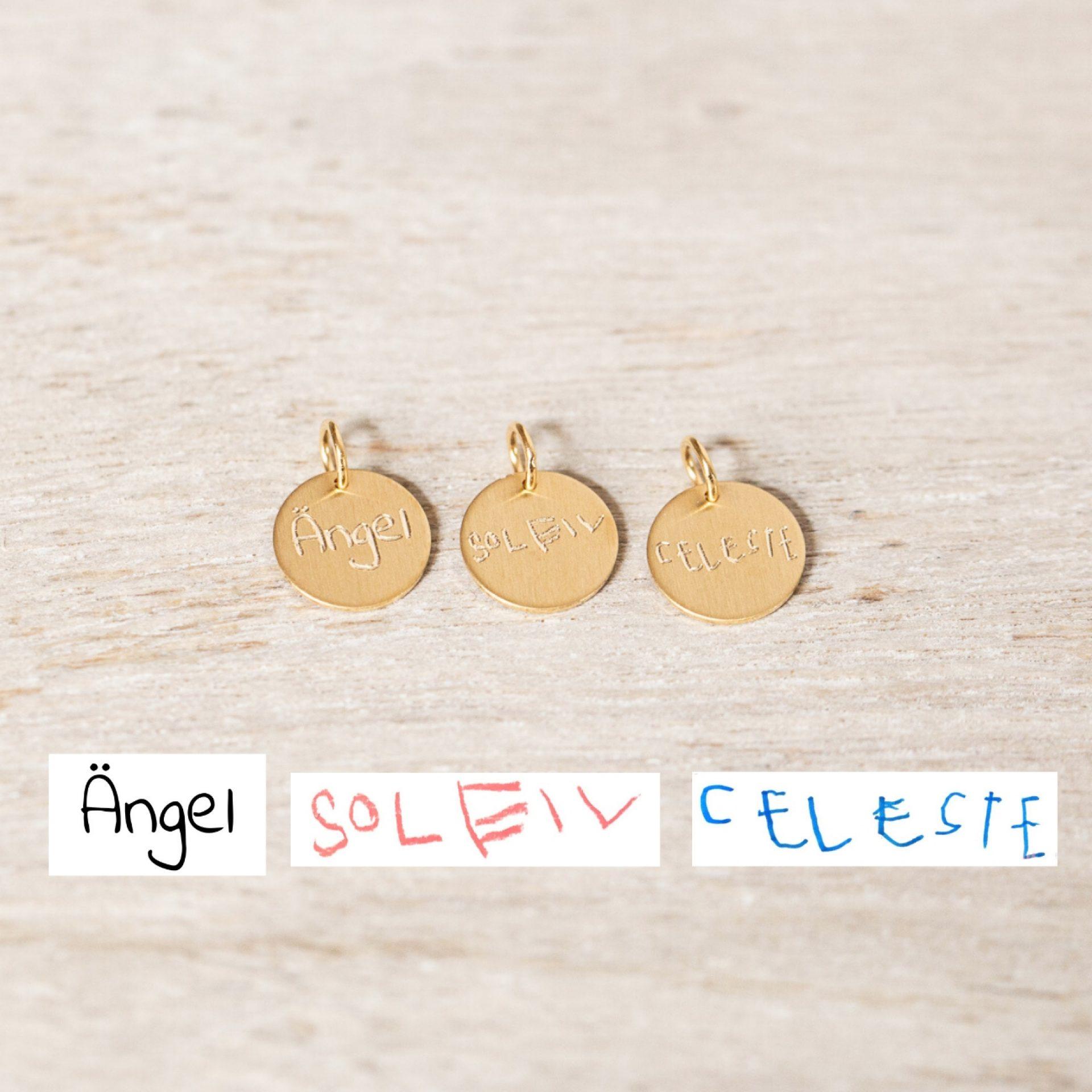 Anhänger 10 mm Goldplättchen mit Kinderhandschrift